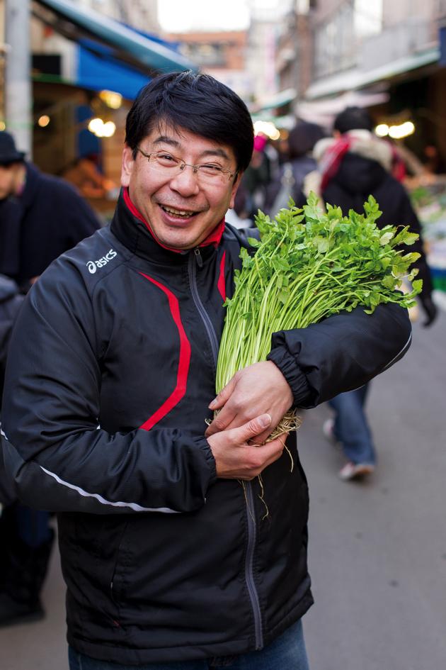 仙台駅から徒歩約5分の仙台朝市にある今庄青果。専務の庄子泰浩さんは、古くから仙台とその周辺で作られてきた伝統野菜の研究と普及のため積極的に活動している仙台野菜のエキスパートだ