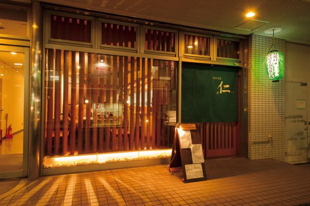 しっとりと落ち着いた雰囲気の店内。ひとりで立ち寄るお客さんも多い上杉の裏通りに佇む、隠れ家的な店。地場産品応援の印・緑提灯が目印