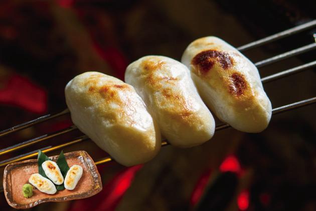 串刺しにして炭火で炙る「笹かま」(3枚・900円)。まさに伊達美味!