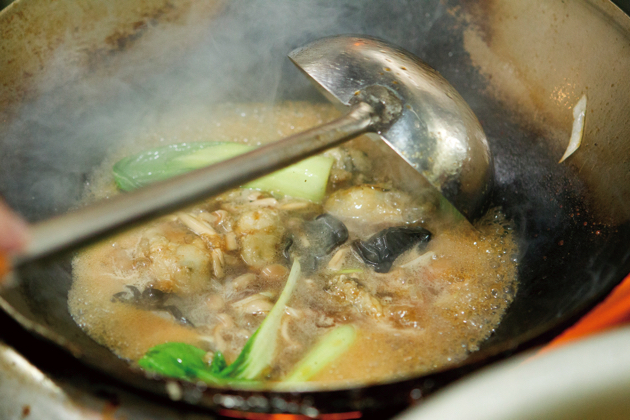 オイスターソースの旨みが加わったとろみのあるスープがこれまた美味い「元祖かきラーメン」