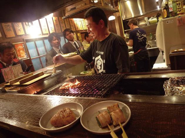 串ものは一度もつ煮の鍋でさっと煮てから炭火で炙る。香ばしい串ものはどれも絶品!いつもにぎわっているが、狙い目は開店直後かちょっと遅い22時頃。