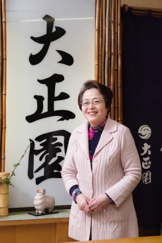 ご主人亡きあと、老舗の女将として店を率いてきた女将の大竹昭子さん。しゃんとした姿勢が美しい