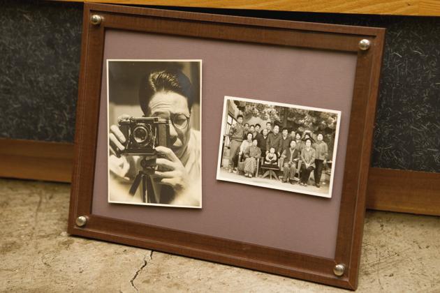 カメラ好きだったという一夫さんのおじいさまと、おじいさまが撮った当時の従業員のみなさんの写真