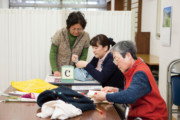 セーターのシーズンが終わると、また次のシーズンに向けて早々と準備を始める。ひと目ひと目編みこむ手編みのセーターは不動の人気
