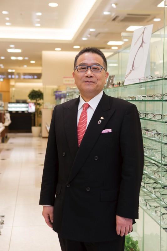 愛用のメガネは10本以上の相澤社長。フレームのデザインでTPOを使い分け、自らかけ心地や使い勝手をテストしている