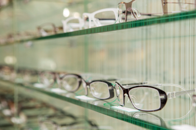 """高度な技術""""と""""確かな知識""""を持った メガネのスペシャリスト「認定眼鏡士」(全店で161名が在籍)が視力チェックや調整を行っている"""