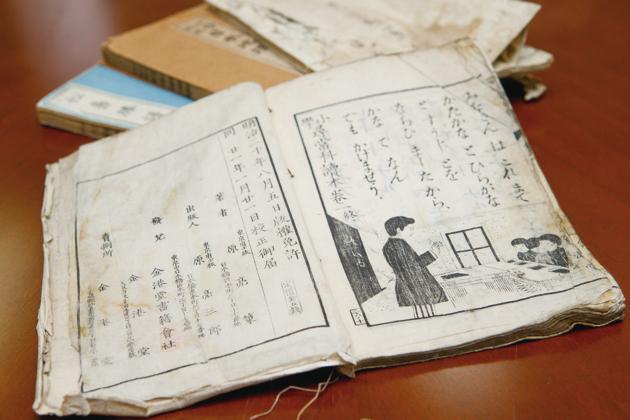 初代、東京・金港堂が発行した明治21年当時の教科書。旧かなづかいの文字から懐かしさとともに歴史を感じる ※1:学校の教科書採用をめぐる教科書会社と教科書採用担当者との間の贈収賄事件