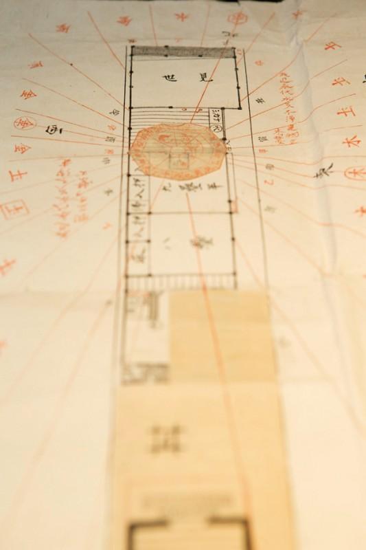 創業時の店の設計図面。「見世」の文字と方角が書き込まれている