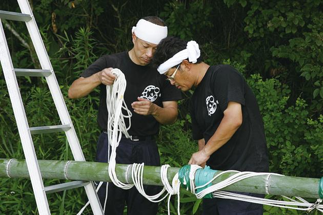 七夕の作業は竹の切り出しから始まり、その場で飾りつけ用の加工も行う