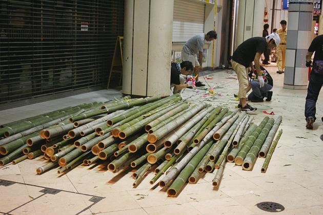 最終日には竹の撤収作業も行う。回収された竹は、仙台七夕竹紙プロジェクトの活動によって紙の原料にリサイクルされる