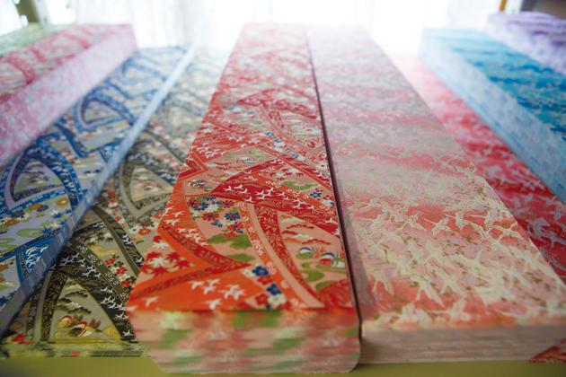 七夕企画室の棚には、色とりどりの和紙やパーツが出番を待っている