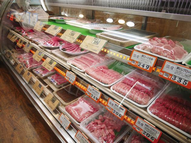 """ずらりとショーケースに並んだ牛肉、豚肉、鶏肉。まさに""""まちのお肉屋さん""""といった趣"""