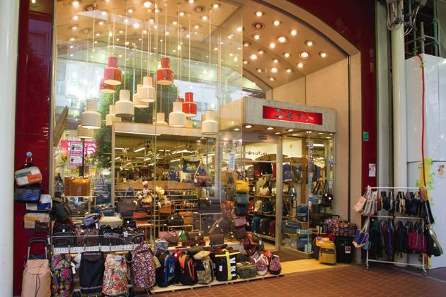 女性用のおしゃれバッグから、実用的なお買いものバッグ、男性用のビジネスバッグ、スーツケースまで幅広い商品をラインナップしている