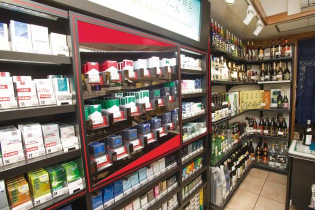 日本酒、焼酎、ワインなど、ベーシックなものを中心にラインナップしているほか、たばこも販売
