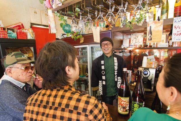 ひっきりなしに常連客が立ち寄る。「『日本酒の前に、先ずコーラ!』とか『たばこ買って、一服しながら一杯飲むか』とか(笑)。自由に使ってもらってます」と前田さん