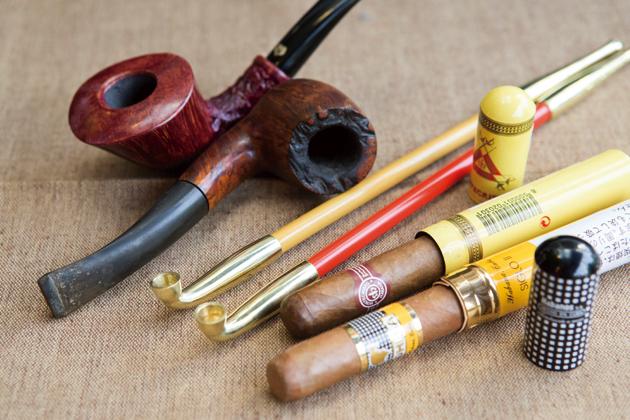パイプや煙管、葉巻といった大人のアイテムがずらりそろう。「吸い方もお教えしますので、トライしてみたい方はお気軽に」と、前田さん
