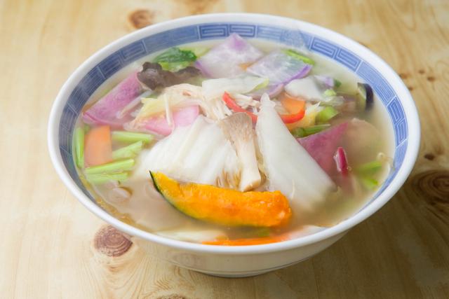 仙台白菜タンメン(700円) 白菜をメインにかぼちゃ、紫大根、温海かぶ、エリンギ、しめじ、パプリカなど10種類以上の野菜の彩りに食欲もそそられる。季節が変わるとまた野菜の顔ぶれも変わるとのこと