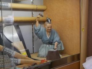 昔鍛冶屋だったことを思わせる人形が目を引く。店内にはさまざまな道具が並んでいる