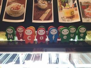 店名のアルファベットの人形が並ぶショーケース