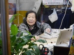 東一市場の通路から、窓越しに高橋さんの姿が見えるとホッとする