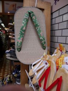 店の入口に飾られている大きな草履が目印!