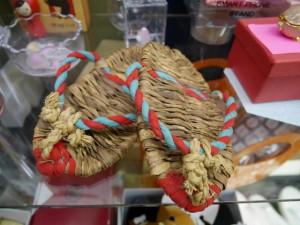 とても可愛らしい藁で作られた子供用スリッパや子供用わらじ