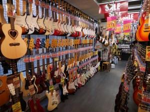 ギターをはじめさまざまな弦楽器が所狭しと並ぶ店内。その眺めは圧巻!ドラムのスティックもあります!
