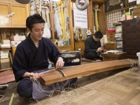 普段は秋田店の代表としての責務を果たしている次男の久史さん(左)。兄弟で並んで楽器の手入れに勤しむ光景は頼もしいもの。お互いに刺激しながら切磋琢磨して伝統の技を磨いている