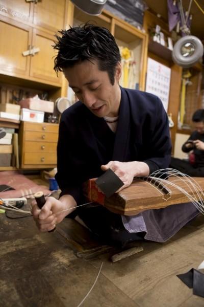 「何度やっても納得できる仕上がりにするのは難しいんです」と語る久史さんの手元は、スムーズに琴の弦を張り替えていく