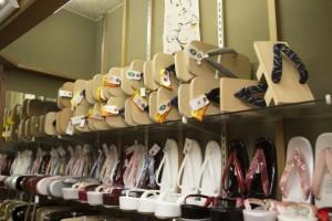 下駄や草履のほかに靴や小物類も扱っている名掛丁のはきもの屋さん