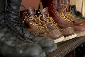 修理を待つ靴たち。また地面を闊歩できる日も間近かな