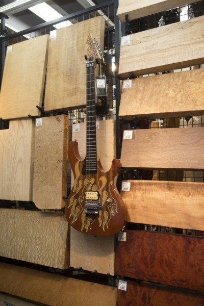 オーダーメイドギター用の木とパーツが並ぶコーナー。ギターはボディの木の種類で音が違ってくる