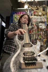 店長からの技を受け継いで音の探求を続けているリペアマンの吉野元気さん
