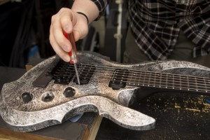 弦の張り替えやチューニングにはポイントがたくさんある。丁寧にひとつずつ仕上げて納得のいく音を探し出す