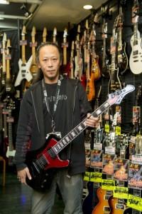 かつてはギタープレーヤーだった店長の舘野さん。やはりギターがお似合い