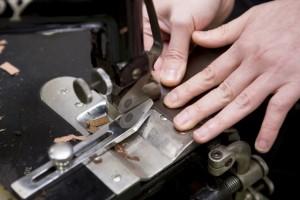 皮革・布・ナイロンと扱う素材が違っても経験と培った勘で作業を進める