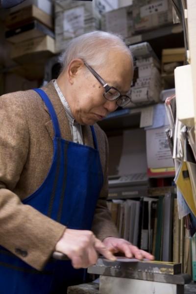 「包丁は毎日使うものだからちゃんと手間をかけてあげなくちゃ。洗ったあとはすぐに拭いてね」と教えてくれた代表の加藤義靖さん。昭和11年からこの場所で店を続けている