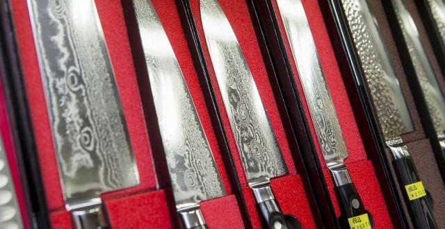 店内には2,000~3,000種類の包丁があるとのこと。 ダマスカス鋼を30層くらい重ねて作られているダマスカス包丁が錆びにくく切れ味が良いと最近の人気。木目状の模様が特徴だ