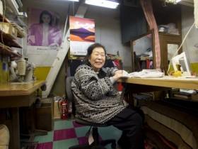 87歳とは思えぬほどしっかりとした応対でリクエストに応える高橋智佐子さん。東一市場のマドンナです