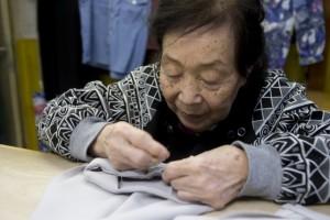 「裾上げはミシではなく手縫いで仕上げるのよ。ひと針ひと針とね」と、丁寧な仕事で仕上げていく技に敬服