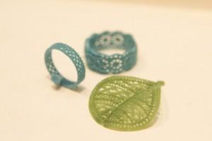 決まったデザインは蝋でサンプルを作ることから始まる。とても緻密な作業だ