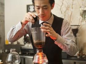 バリスタのこだわりがコーヒーを入れる仕草にも現れる
