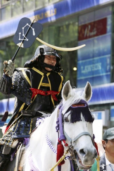 政宗公の甲冑を纏い騎乗姿で勇ましく歩む宗氏