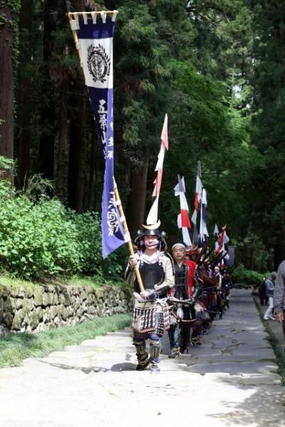 瑞鳳殿の62段の参道を登り出陣式に向かう五葉山火縄銃鉄砲隊