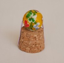 コルクのふたの裏側にセットされているとんぼの玉の香立