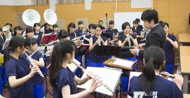 「演奏中は笑顔も忘れずに」といったアドヴァイスもする顧問の及川先生。先生と生徒、一緒になって作り上げている