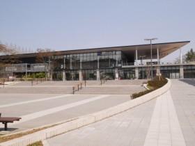 桜の小道を進むと「仙台国際センター駅」が目の前に現れる