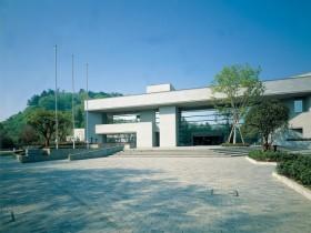 仙台城三の丸跡に建てられている「仙台市博物館」。宮城・仙台の歴史に関する展示が主。敷地内は歴史的な見どころも多い 写真提供:宮城県観光課