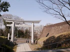 本丸石垣の横を進むたどり着と「詰の門跡」が