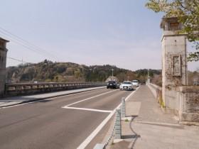 広瀬川にかかる大橋を渡る